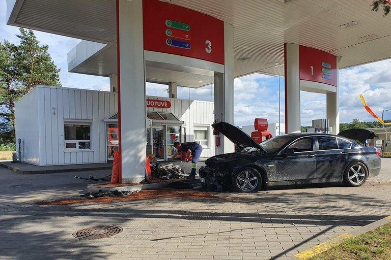 BMW įlėkė į degalų kolonėlę (nuotr. Broniaus Jablonsko)