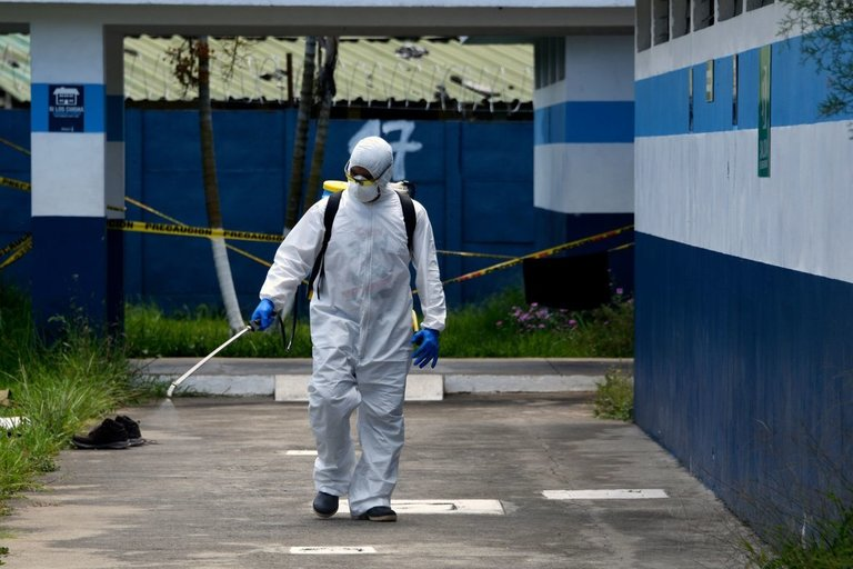 Dezinfekcijos darbai (nuotr. SCANPIX)