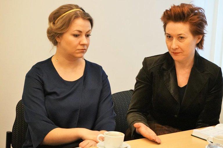 NDNT Dokumentų valdymo skyriaus vyriausioji specialistė Nomeda Pikelytė (dešinėje) ir Vilniaus II teritorinio skyriaus patarėja Kristyna Bortko. (Aldonos Milieškienės nuotr.)