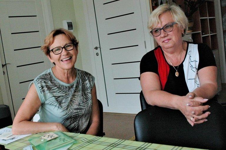 """Bendrijos """"Jonavos viltis"""" tarybos pirmininkė Olga Traskauskienė (dešinėje) ir socialinė darbuotoja Julija Kuliavienė dirba ranka rankon. Linos Jakubauskienės nuotr."""