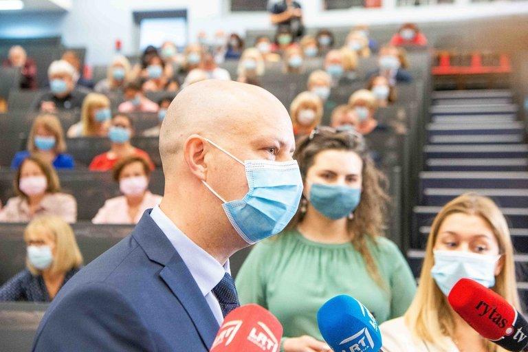 A. Veryga apdovanoja su koronavirusu kovojusius medikus medikus (nuotr. Fotodiena/Justino Auškelio)