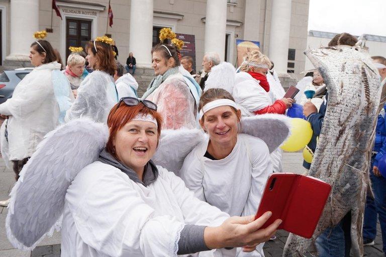 """Meninės-socialinės interakcijos """"Angelų judėjimas"""" vadovė Ginta Žemaitaitytė (kairėje) ir Linkuvos socialinės globos namų socialinė darbuotoja Lina Jankauskienė. Aldonos Milieškienės nuotr."""