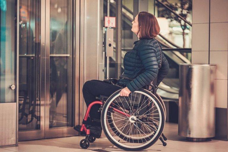 Moteris neįgaliojo vežimėlyje 123rf.com