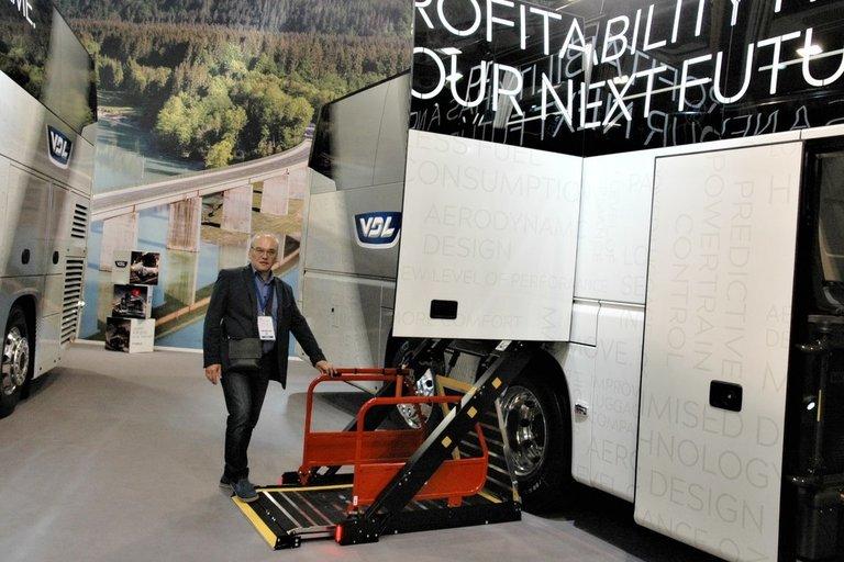 """Parodoje pristatytas """"VDL Futura"""", kuriuo vienu metu gali saugiai važiuoti 14 žmonių neįgaliojo vežimėliuose.  Linos Jakubauskienės nuotr."""