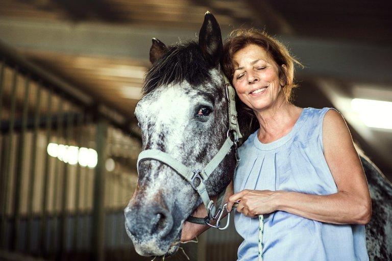 Moteris su žirgu (nuotr. 123rf.com)
