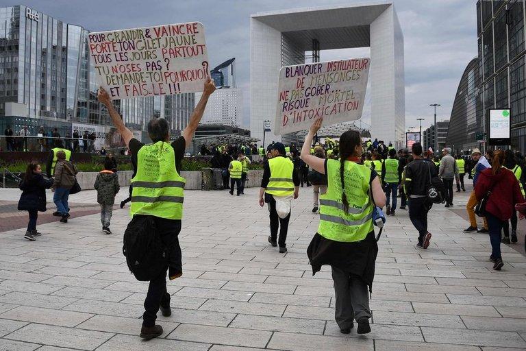 """Prancūzijos gatvėse protestų metu gimęs """"geltonųjų liemenių"""" pavadinimas keliasi ir į Australijos parlamentą (nuotr. SCANPIX)"""