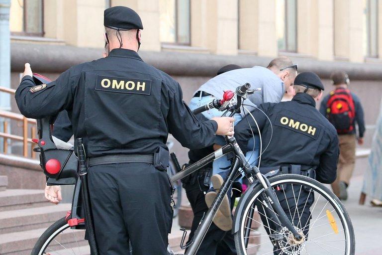 Minske sulaikomi žmonės, laukę eilėje su skundais CRK (nuotr. SCANPIX)