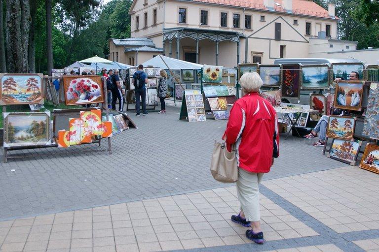 Prekyba paveikslais ir suvenyrais Palangoje (nuotr. Tv3.lt/Ruslano Kondratjevo)