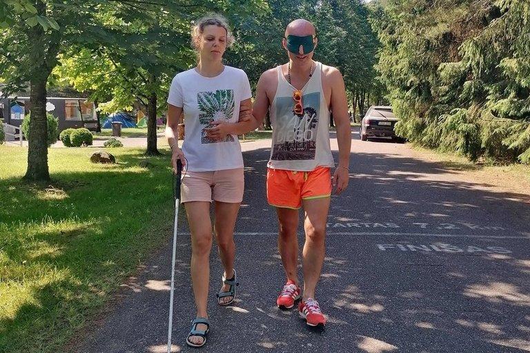 """Festivalyje """"Debesų pieva"""" buvo galima išbandyti aklus pasivaikščiojimus su Irma Jokštyte. (nuotr. asm. archyvo)"""