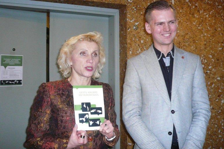 Neįgaliųjų reikalų departamento direktorė Asta Kandratavičienė, išklausiusi visų pasisakymus, darė išvadą, kad knyga kurčiųjų išties labai laukta.  (Remigijaus Samuilevičiaus nuotr.)