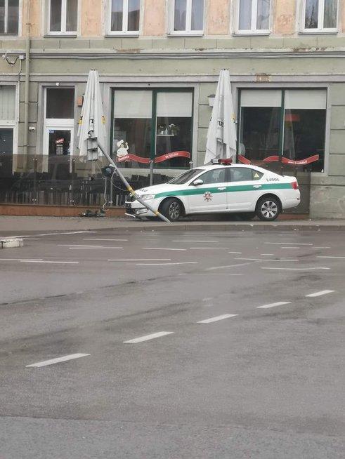 Klaipėdoje policijos ekipažas nulaužė šviesoforą: bandė išvengti susidūrimo su BMW