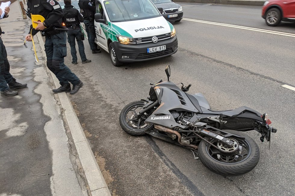 Motociklininkas atsitrenkė į lengvąjį ir į autobusą