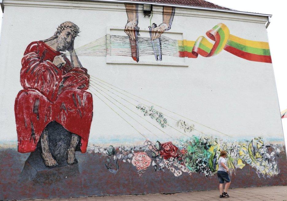 Aukštelkės mokyklos-daugiafunkcio centro pastatą puošia šiauliečių dailininkų Arūno ir Redos Uogintų freska. Sigitos Inčiūrienės nuotr.