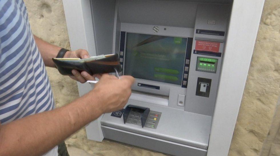 Kaip neapsigauti mokant kortele užsienyje: įvedė naują direktyvą, kad matyųsi įkainiai