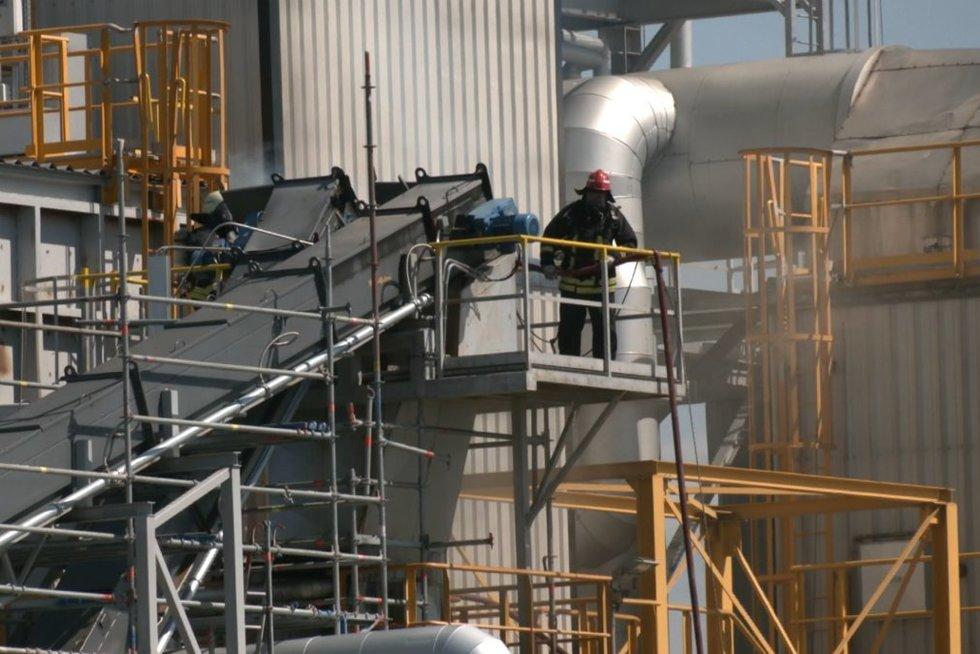 Vaizdai iš įvykio vietos šalia Klaipėdos sprogusios plastiko granulių gamyklos (nuotr. stop kadras)