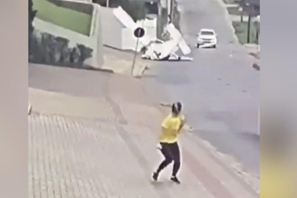 Gatve ėjusi moteris paklaiko – už jos nugaros nukrito lėktuvas (nuotr. stop kadras)