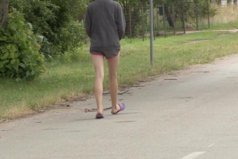 TV3 Žinios. Iš globėjų atimtą mergaitę grąžino į namus, kuriuose – ją išprievartauti bandęs jaunuolis (nuotr. stop kadras)