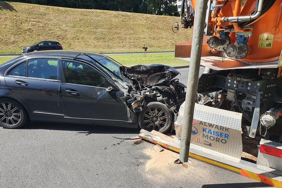 Avarijos metu Vilniuje visiškai sumaitotas automobilis (nuotr. Bronius Jablonskas/TV3)