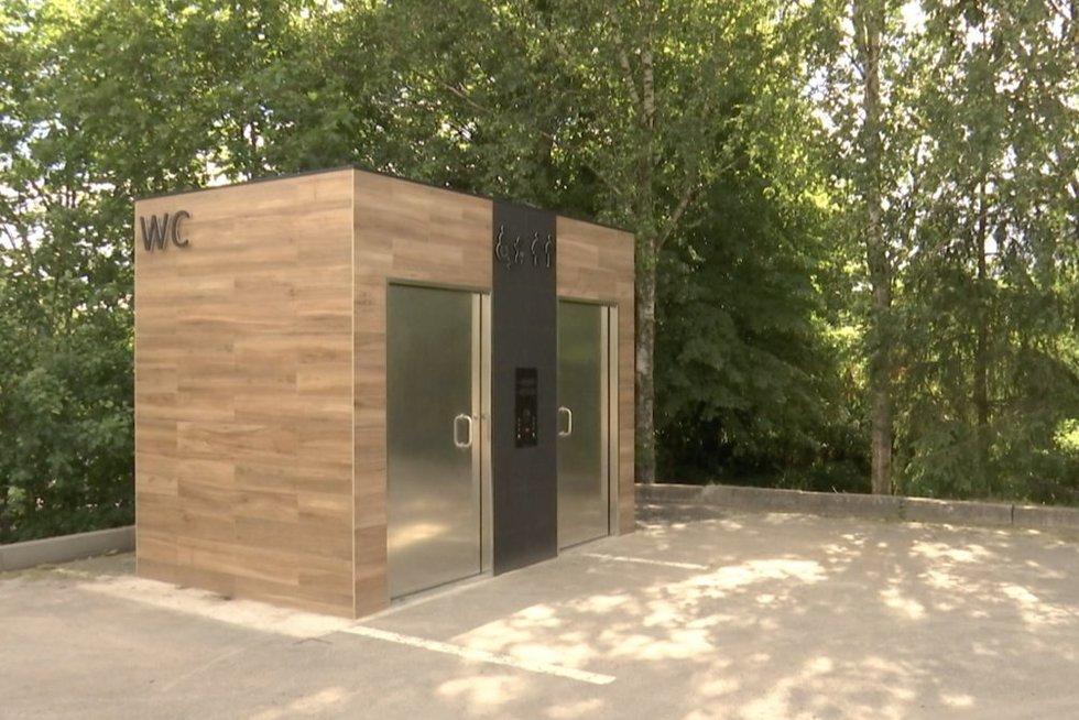 Trakus krečia brangių tualetų skandalas: vos atsidarius ėmė gesti (nuotr. stop kadras)