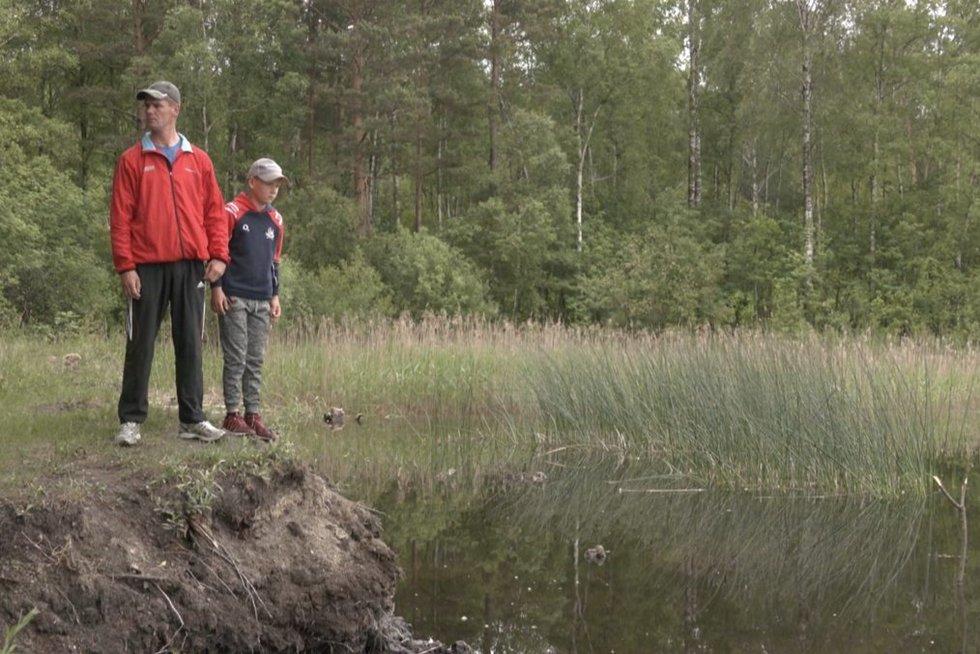 Tvenkinyje žvejoti sumanęs vaikas atrado kinišką krabą: šis atsidūrė Klaipėdos mokslininkų rankose (nuotr. stop kadras)