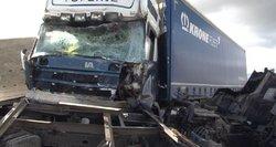 Dviejų vilkikų kaktomuša: vienas iš vairuotojų tik per plauką išvengė tragedijos