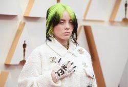 Billie Eilish pirmąkart nusimetė per didelius drabužius: už tai, kaip atrodo, sulaukė daug aršios kritikos