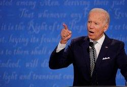 """Bidenas per piktus debatus: Trumpas yra """"melagis"""" ir """"Putino šuniukas"""""""