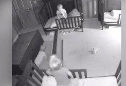 Visų tėvų košmaras: įrašai parodė, kaip mažamečiai kambaryje vos išvengė tragedijos