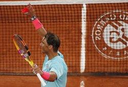 """Nadalis """"Roland Garros"""" turnyre nepasigailėjo varžovo, kylanti žvaigždė eliminavo Isnerį"""