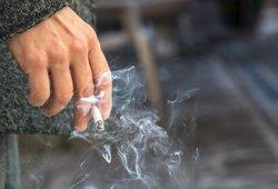 Nauja draudimų puokštė rūkaliams: kelią skinasi draudimas rūkyti balkonuose, lauko kavinėse