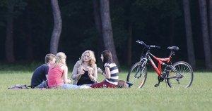 Poilsis parke (nuotr. Fotodiena.lt)