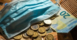 Pinigai, apsauginė kaukė. Justino Auškelio nuotr.