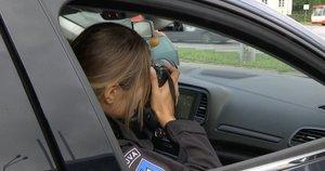 Policija negailestingai baudžia naudojančius telefonus už vairo: jų ženkliai padaugėjo (nuotr. stop kadras)
