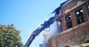 Griaunamas istorinis pastatas (nuotr. facebook.com)