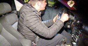"""Vairuotojo elgesys pareigūnus išvertė iš koto: mašina nevažiavo, o vyras """"vairavo"""" (nuotr. stop kadras)"""