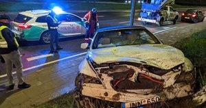 Geležinio Vilko gatvėje BMW suniokojo atitvarus ir šlaitą (nuotr. Broniaus Jablonsko)