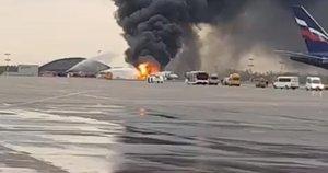 Maskvoje užsidegė avariniu būdu nusileidęs keleivinis lėktuvas (nuotr. YouTube)