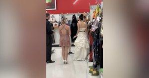 Liudininkai to dar nematė: nuotaka siaubūnė vertė vyrą tuoktis parduotuvėje (nuotr. stop kadras)