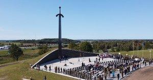 Kryžkalnyje atidengtas memorialas Lietuvos partizanams (Egidijaus Anglickio nuotr.)