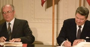 Michailas Gorbačiovas ir Ronaldas Reiganas šaltojo karo metais