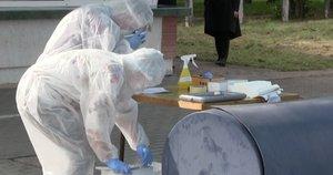 Karščiausias koronaviruso židinys – Radviliškyje: gyventojai rikiuojasi prie patikros punkto (nuotr. stop kadras)