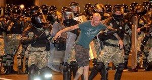 Dėl laiminčio Lukašenkos Minske kilo susirėmimai: gyventojai protestuoja prieš pirminius rinkimų rezultatus (nuotr. SCANPIX)