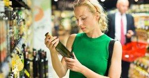 Moteris besirenkanti aliejų (nuotr. Shutterstock.com)