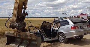 """BMW ir ekskavatoriaus avarija. / """"Rinkos aikštės"""" TV stop kadras"""