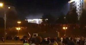 Susirėmimai Minske: milicijos sunkvežimis įvažiavo į protesto dalyvių minią (nuotr. YouTube)