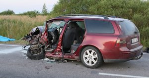 Kraupi avarija Vilniaus rajone – susidūrė 2 automobiliai, viena keleivė žuvo (nuotr. Broniaus Jablonsko)