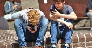 Vaikai prilipę prie telefonų (nuotr. Organizatorių)