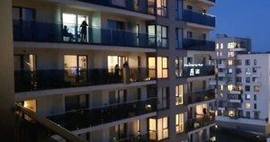 Lietuviai ima pavyzdį iš italų: balkonuose užkūrė tikrą vakarėlį (nuotr. stop kadras)