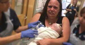 Nuotraukoje įamžintas širdį veriantis momentas, kai sugniuždyta mama ligoninės koridoriumi vedasi savo sergantį sūnų paskutiniam atsisveikinimui (nuotr. facebook.com)