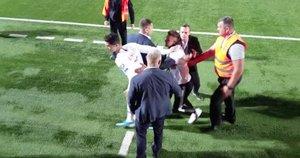 Gerbėjo incidentas per futboloą (nuotr. stop kadras)